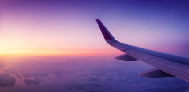 vliegtuig wind op de sunrise sky achtergrond. samenstelling van vliegtuigen. luchtvervoer. reizen per vliegtuig. travel-image - vliegtuig stockfoto's en -beelden