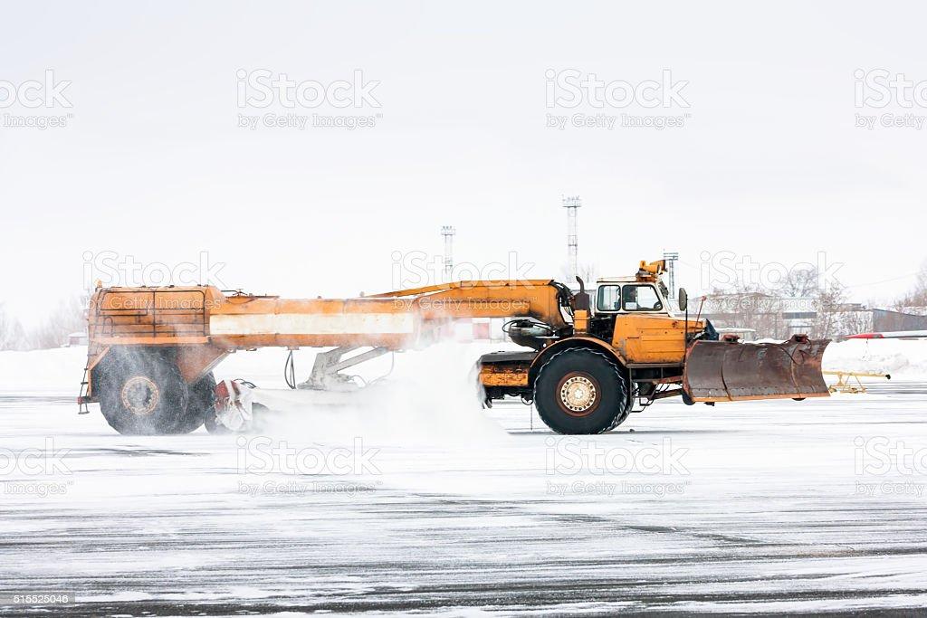 Аэродром Подметальная машина нейтрализуют Взлетно-посадочная полоса стоковое фото