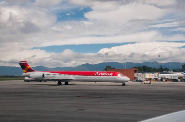 Avião de companhia aérea Avianca chegam ao aeroporto de El Dorado. Colômbia. - foto de acervo