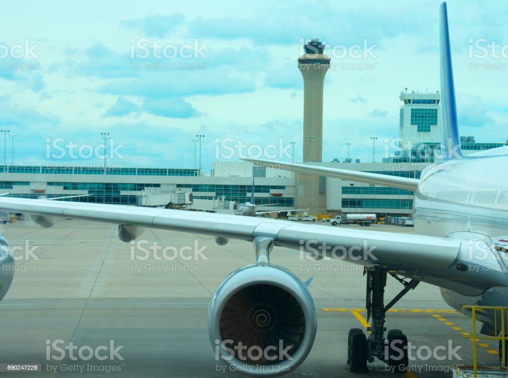 Verkehrsflugzeug Flugzeug Closeup auf Asphalt mit Air Traffic Control-Tower im Hintergrund – Foto