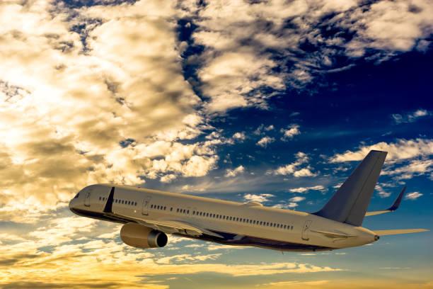 airliner fliegt im sonnenuntergang über den wolken in den urlaub - tim siegert stock-fotos und bilder