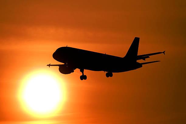 Airliner fliegt in der Sonne – Foto