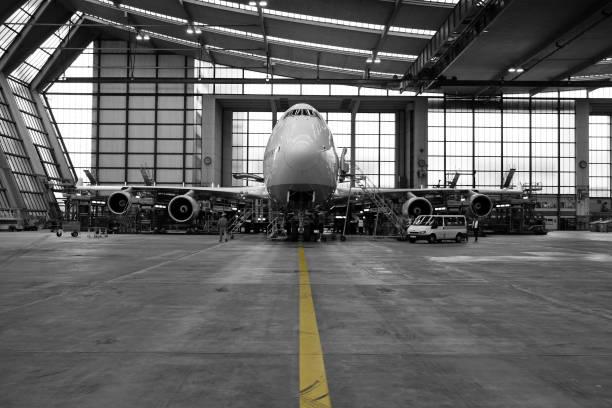 Airliner in hangar-schwarz und weiß – Foto