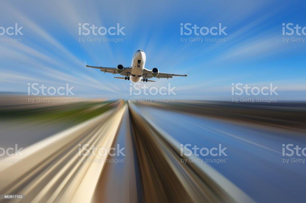 Avião comercial ao longo da estrada no fundo desfocado - foto de acervo