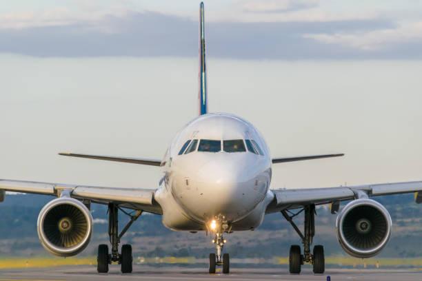 LATAM Airlines Flugzeug - Airbus A320 von Angesicht zu Angesicht – Foto
