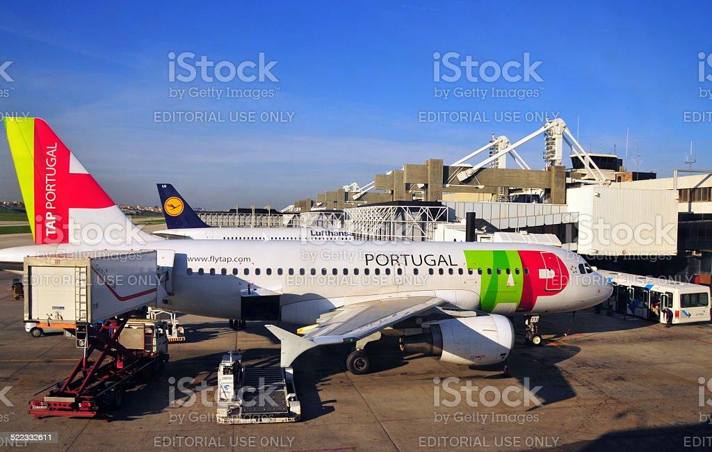 Toque airlines aviões no Aeroporto de Lisboa, Portugal - foto de acervo