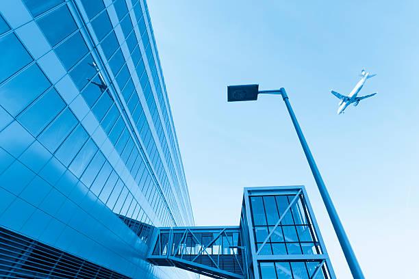 airplane and frankfurt airport building exterior - luchthaven frankfurt am main stockfoto's en -beelden