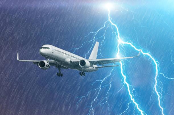Approche de l'avion à l'aéroport d'atterrissage intempéries tempête ouragan pluie llightning Strike - Photo