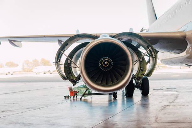 airplane at aircraft hangar - silnik odrzutowy zdjęcia i obrazy z banku zdjęć