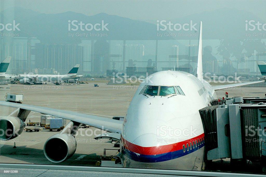 Avión en el Aeropuerto de Hong Kong foto de stock libre de derechos