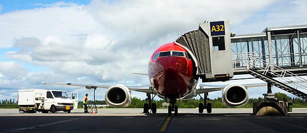 airplane at the gate - airport pickup stockfoto's en -beelden