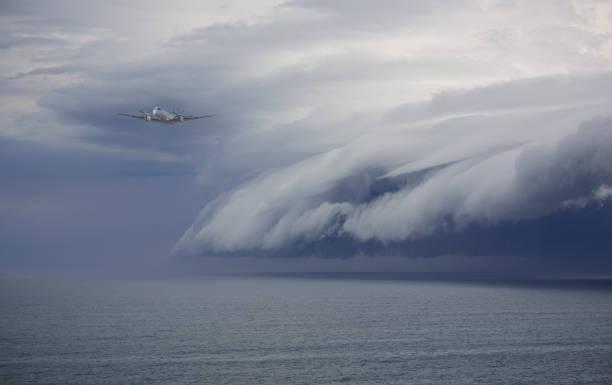 避免問題的飛機: 史詩般的風暴 - 亂流 個照片及圖片檔