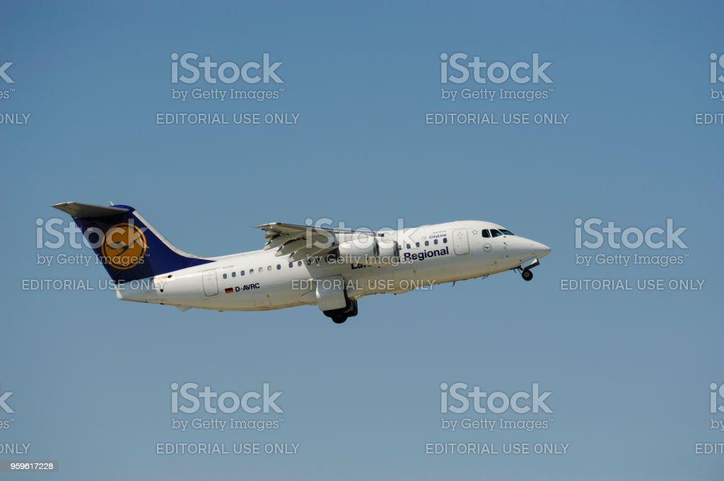 Avión Avro RJ85 de línea aérea alemana Lufthansa en el despegue desde el aeropuerto de Munich, Alemania - Foto de stock de Aeropuerto libre de derechos