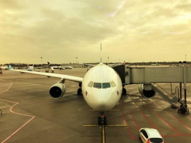 flugzeug wartet passagiere am flughafen - nrw ticket stock-fotos und bilder