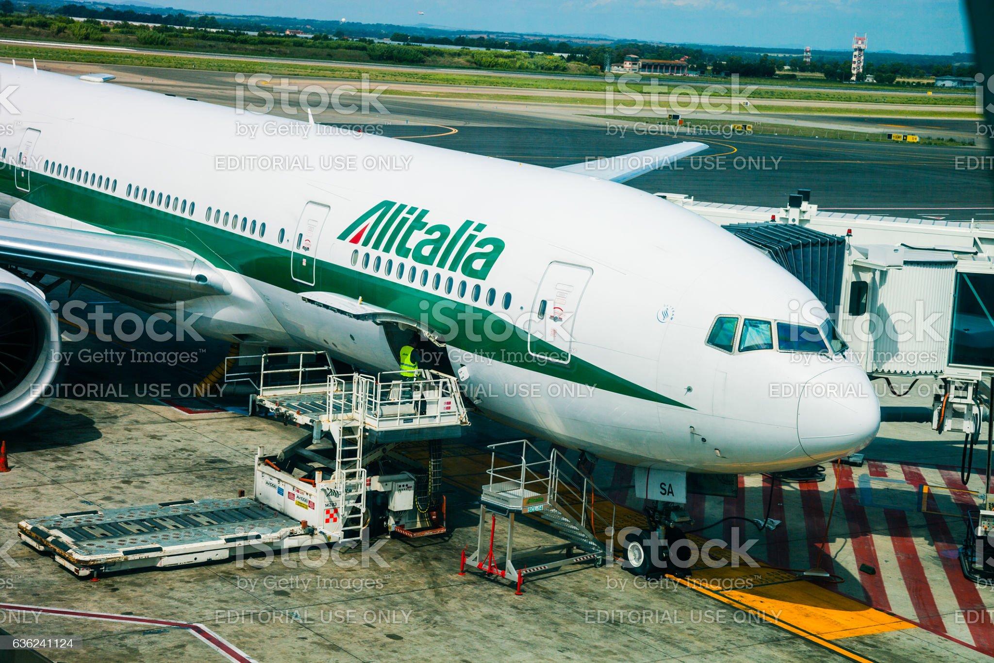 Avião antes da partida. - Foto de stock de Alitalia royalty-free