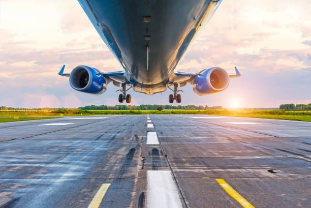 Avión antes de aterrizar, vista inferior de los motores y las alas, wpp con lanshtafom antes del atardecer - foto de stock
