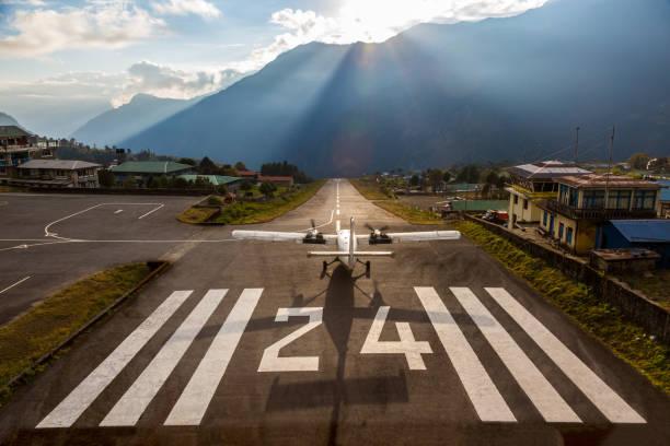 Flugzeug vor dem Start am Start-und Landebahn des kleinen Flughafen Himalaya – Foto