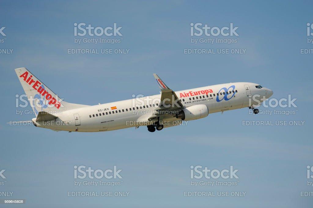 Avión Boeing 737-300 de la aerolínea española AirEuropa en despegue del aeropuerto de Munich, Alemania - Foto de stock de Aeropuerto libre de derechos