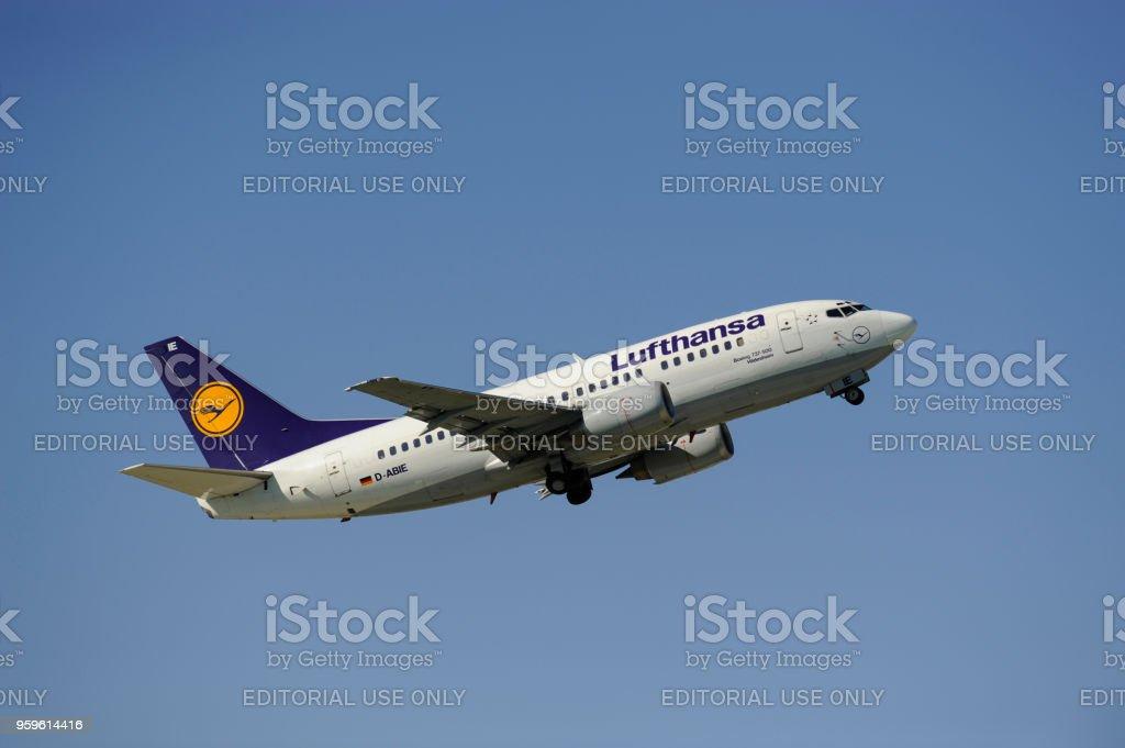 Avión Boeing 737-500 de la aerolínea alemana Lufthansa en el despegue desde el aeropuerto de Munich, Alemania - Foto de stock de Aeropuerto libre de derechos