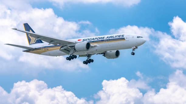 Flugzeug Boeing 777 der Singapore Airlines fliegen durch Wolken Himmel bereiten sich auf die Landung – Foto