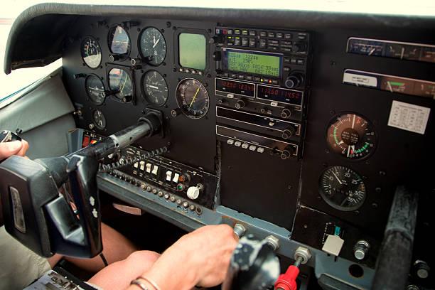 flugzeug-cockpit innen cessna - steuerungstechnik stock-fotos und bilder