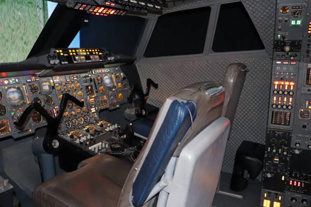 cockpit d'avion avec des panneaux de contrôle - avion supersonique concorde photos et images de collection