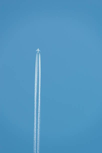 avion contrails - avion supersonique concorde photos et images de collection