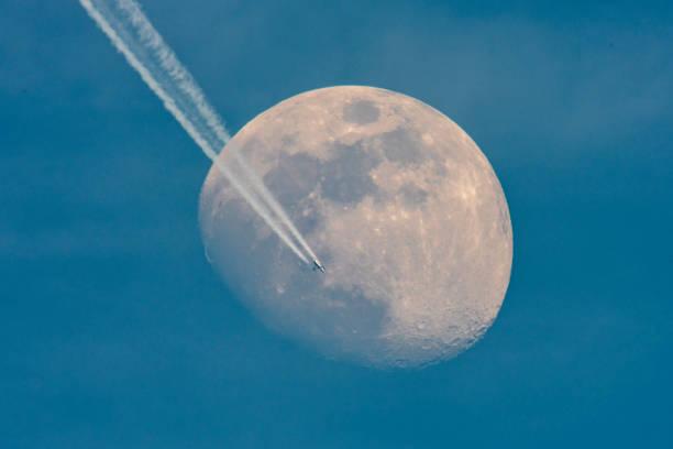 Flugzeug Kreuzung Mond – Foto