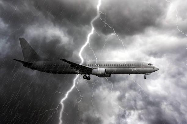 飛機在大雨,風暴與雷暴閃電,暴風雨天氣的背景 - 亂流 個照片及圖片檔