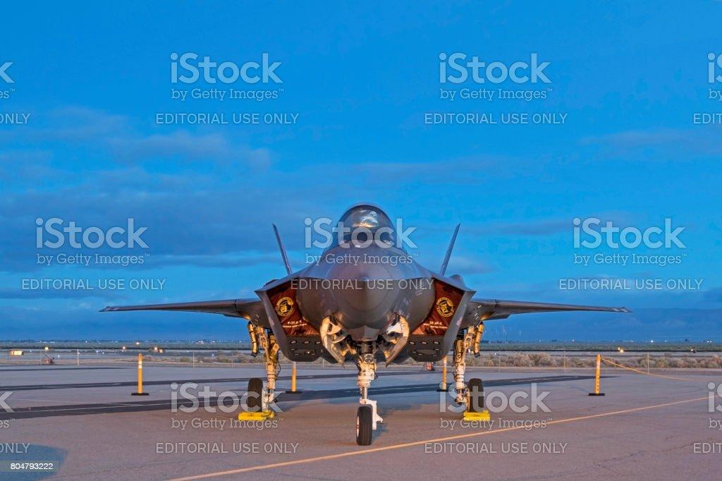 Aeroplano F-35 Lightning en la pista durante el amanecer - foto de stock