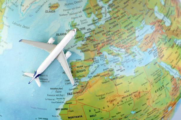 avión vuela alrededor del mundo - agente de viajes fotografías e imágenes de stock