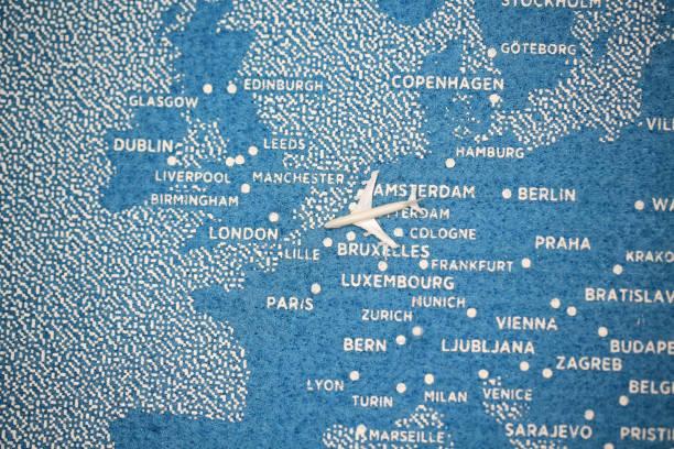 Flugzeug fliegen auf der blauen bemalte Karte – Foto