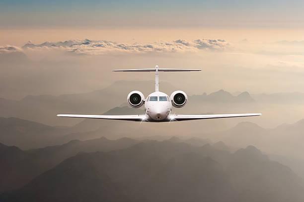 avião sobrevoar nuvens e alpes montanha no pôr-do-sol. frontal - soldado raso - fotografias e filmes do acervo
