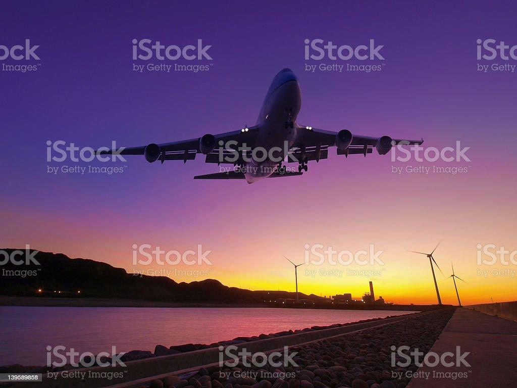 Avión volando sobre el río - foto de stock