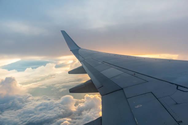 비행기는 구름 위에 비행. - 항공기 날개 뉴스 사진 이미지