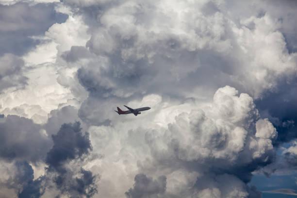 架飛機飛在雲 - 亂流 個照片及圖片檔