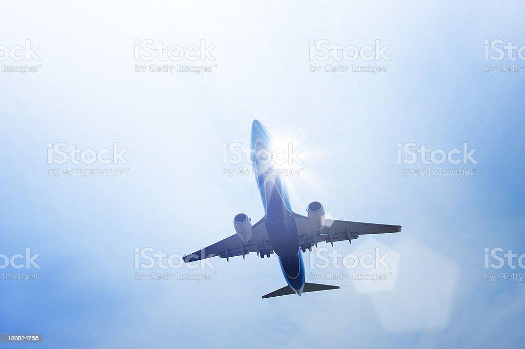 Flugzeug fliegen in der sonnigen Himmel Lizenzfreies stock-foto