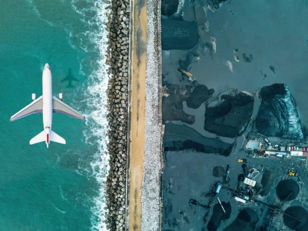 flugzeug fliegen über kohle mineralgewinnung - aerial overview soil stock-fotos und bilder