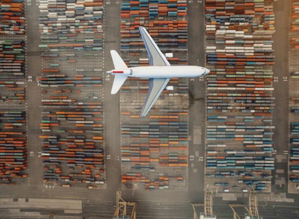 Flugzeug fliegen über Container-Hafen – Foto