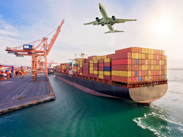 Flugzeug fliegt über Containerhafen – Foto