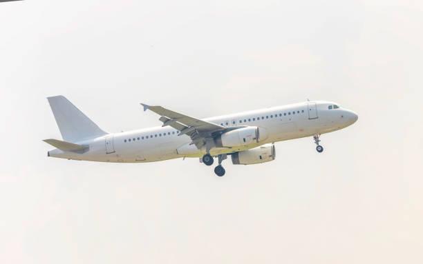 Flugzeug, das über städtischen Gebieten fliegt, bereitet Landung vor – Foto