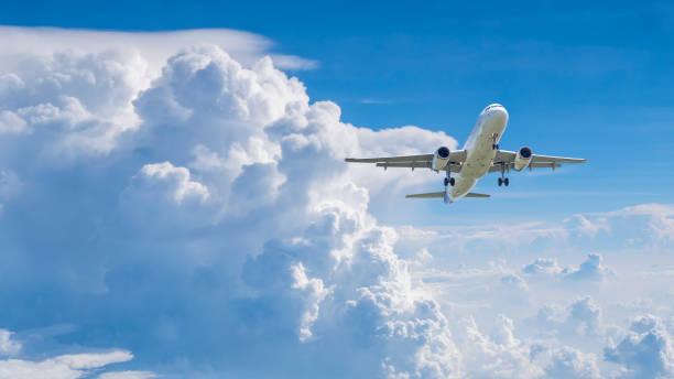 avión volando bajo cielo azul 8 - avión fotografías e imágenes de stock