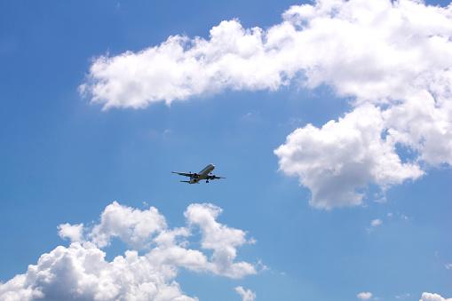 空を飛ぶ飛行機離職する人|KEN'S BUSINESS|ケンズビジネス|職場問題の解決サイト中間管理職・サラリーマン・上司と部下の「悩み」を解決する情報サイト