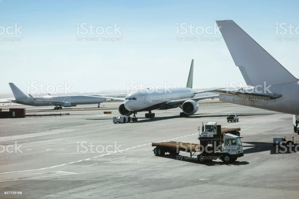 Avión en el aeropuerto - foto de stock
