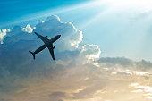 飛行機には、空と雲の日の出