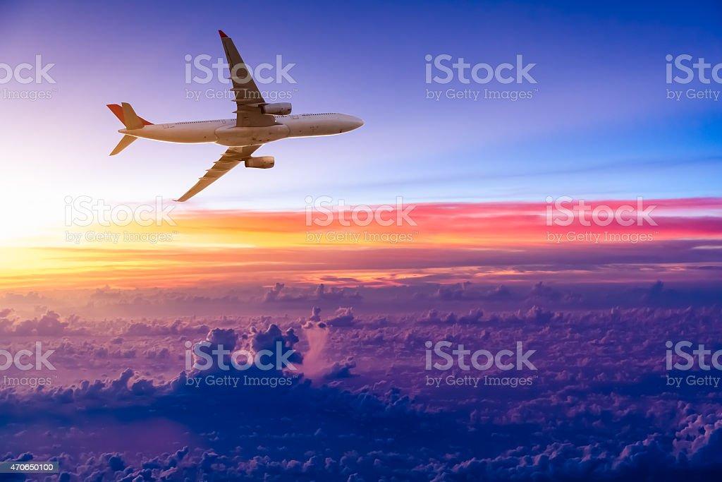 Flugzeug am Himmel bei Sonnenaufgang Lizenzfreies stock-foto