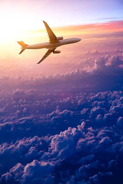 Flugzeug am Himmel bei Sonnenaufgang – Foto