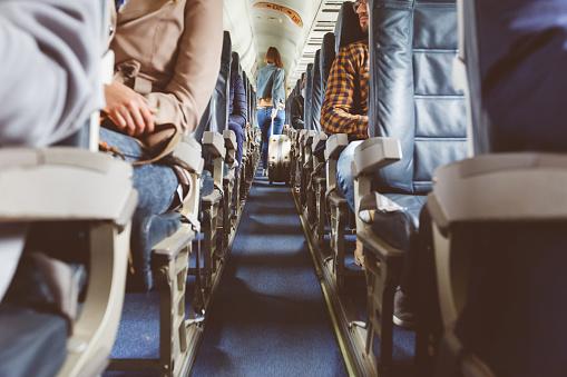 Flugzeuginterieur Mit Menschen Sitzen Auf Sitze Stockfoto und mehr Bilder von Abschied