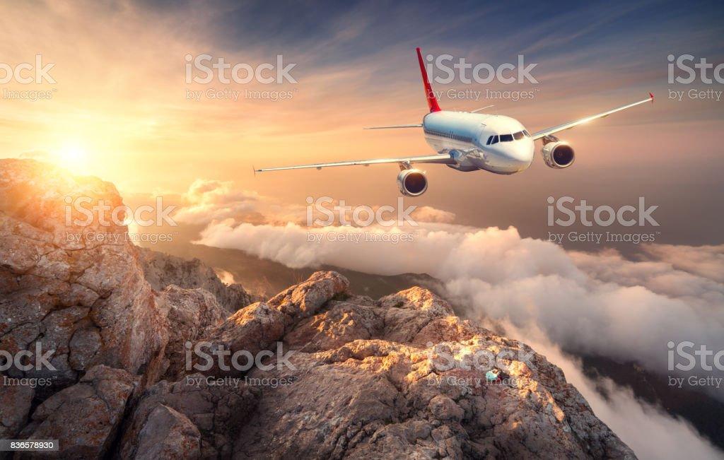 Fotografía de Avión Está Volando Sobre Las Nubes Al Atardecer ...