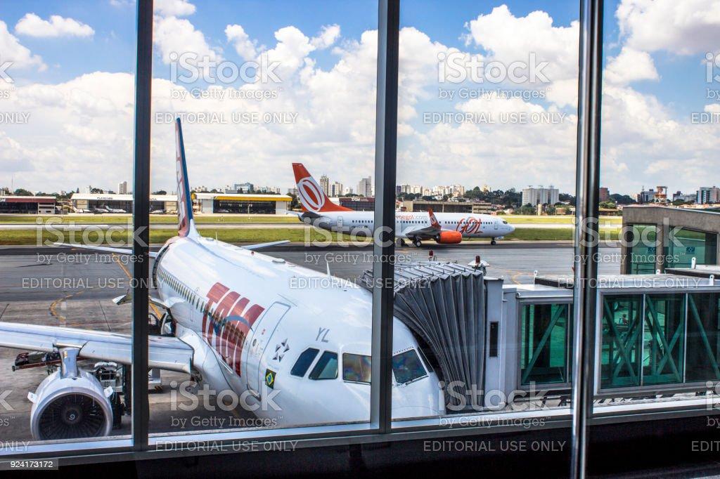 Avião é visto na pista no aeroporto de Congonhas, Brasil - foto de acervo